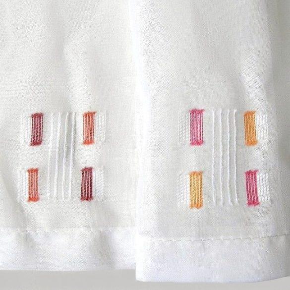 LYNN, beszőtt, modern mintás, fehér voile vitrázs, füles függöny - bordó